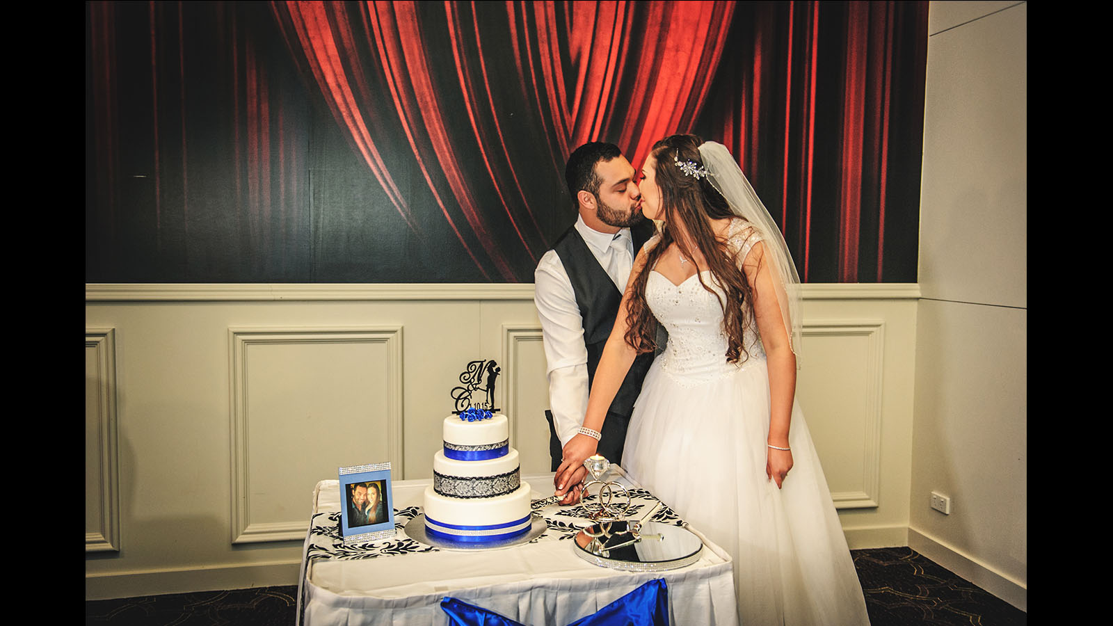 wedding photography bride and groom cutting cake