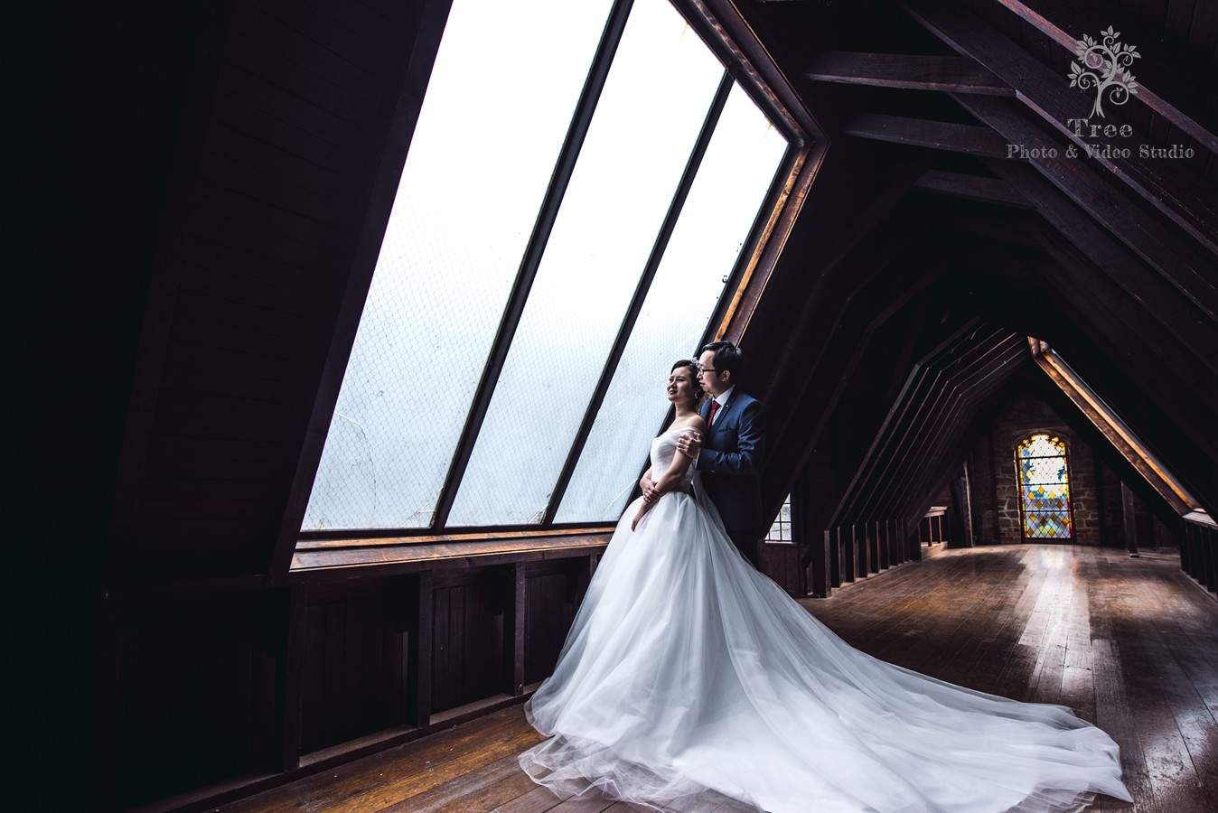 Bride-and-gromm-in-the-Montsalvat-attic